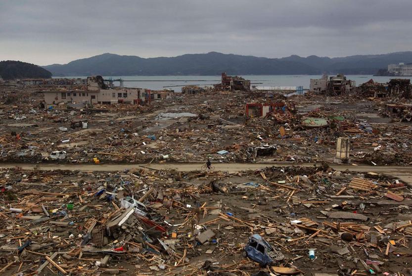 0级大地震和海啸给日本带来了巨大的创伤,许多建筑物被摧毁,交通十分