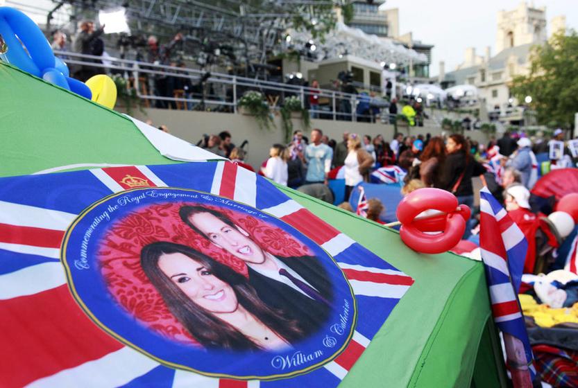 2011年4月29日,英国伦敦,数已上千的皇室粉丝涌上街头等待世纪婚礼召开。 Neil A White/CFP _英国威廉王子世纪婚礼