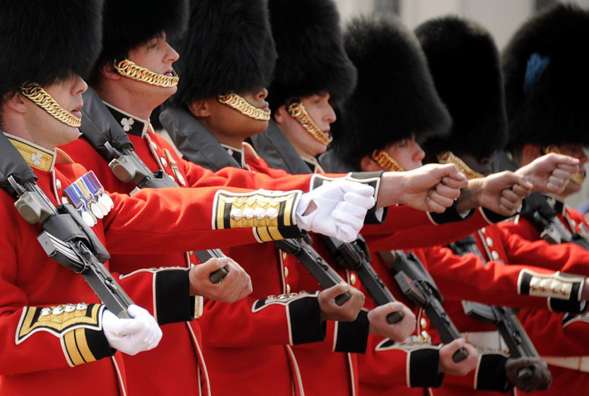 2011年4月28日,英国伦敦,威廉王子大婚前一天,白金汉宫举行换岗仪式。 Alexandre MARCHI/CFP _英国威廉王子世纪婚礼
