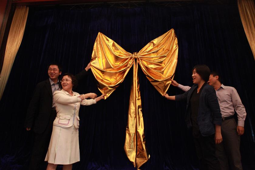 2011年9月22日下午,财新网新版发布会暨财新朋友会在北京藏品汇召开。_财新网新版发布会在京举行