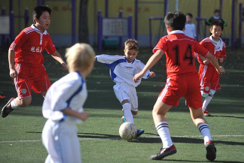 中俄小学生踢足球赛 中方0-15大败_图片频道_