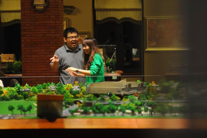 10月25日,上海,购房市民在前日被砸的楼盘模型前查看选房。 上海青年报/东方IC_上海一楼盘深夜低价售房引发抢购