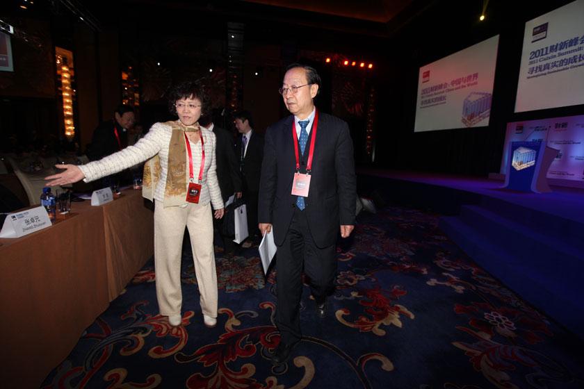 2011年11月11日,北京国贸大酒店,2011财新峰会与会嘉宾。全国政协经济委员会副主任、工业和信息化部前部长李毅中(右)和财新传媒总编辑胡舒立。 财新记者 牛光/摄_开幕式与会嘉宾