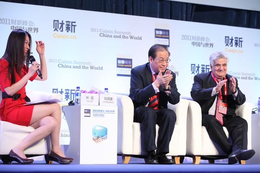 11月11日,北京,财新传媒电视主持人林薇,中国银行业监督管理委员会前主席刘明康,欧洲联盟驻中国和蒙古国代表团前大使赛日·安博(从左至右)。 财新记者 牛光/摄_主题对话:金融动荡、变革与增长