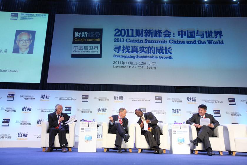 """2011年11月11日,北京,2011财新峰会议题""""2012:经济周期与政治周期""""现场。 财新记者 牛光/摄_议题:2012经济周期与政治周期"""