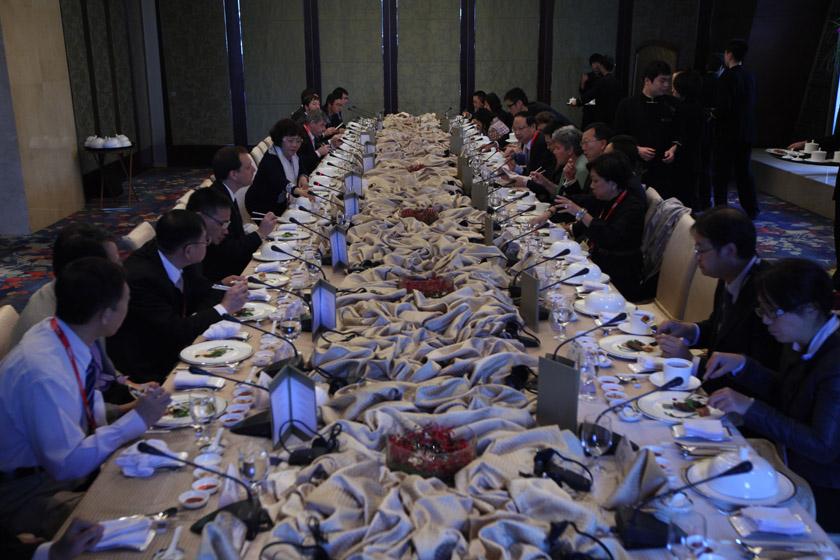 """2011年11月12日,北京,2011财新峰会,""""发言嘉宾午餐会:走出去大思路""""现场。 财新记者 牛光/摄_12日午餐会:走出去大思路"""