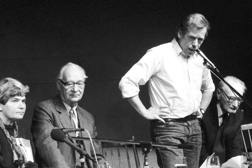 1989年,哈维尔在一次集会上讲话。1989年11月,哈维尔参与创建了公民论坛,并成为公民论坛的主要代表。 东方IC_捷克前总统哈维尔逝世