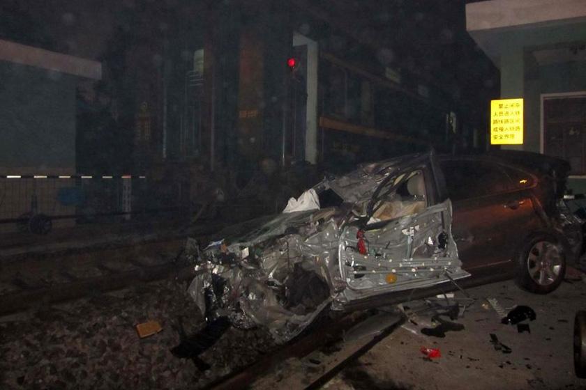 12月29日,安徽马鞍山,肇事轿车被毁。  甘鸿升/东方IC_K432次列车与轿车相撞 轿车司机遇难