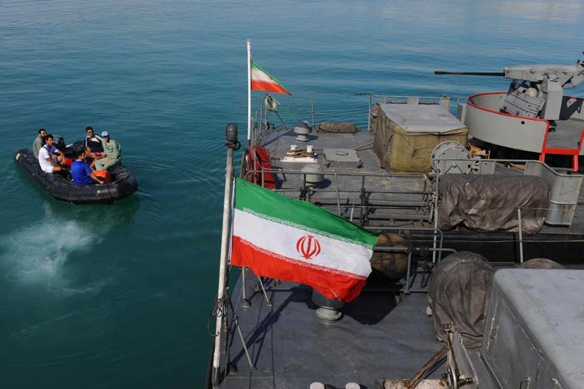 """12月28日,霍尔木兹海峡,伊朗士兵参加""""守卫90""""大规模军演。 Parspix/东方IC _美国航母现身伊朗军演海域内"""
