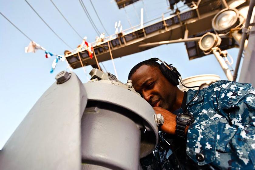 12月27日,美军公布的照片显示,美国史坦尼斯号航空母舰在阿拉伯海执行任务。 东方IC_美国航母现身伊朗军演海域内