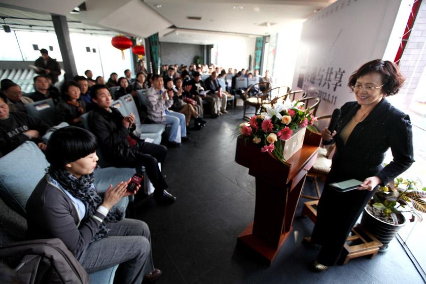 2012年1月11日,财新网两周年特别活动在北京什刹海会馆举行。财新传媒总编辑胡舒立致辞。 财新记者 牛光/摄_财新网两周年特别活动在京举行