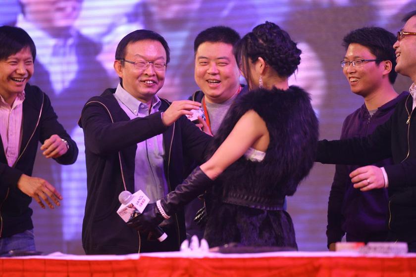 1月15日,苍井空与凡客成品CEO陈年拥抱。   锐利/CFP_苍井空助阵内地公司年会 与高层拥抱合影受追捧
