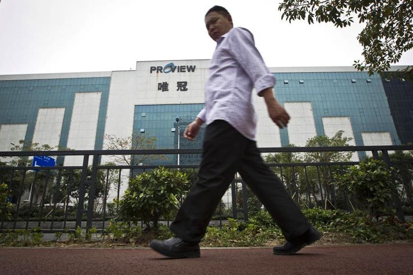 2月15日,一市民从深圳唯冠科技公司前走过。 Keita Wen/东方IC_探访深圳唯冠 满目疮痍濒临倒闭
