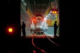 2012年1月10日夜,一列CRH380A型动车(或称CRH2-380型)缓缓驶入检修车间。