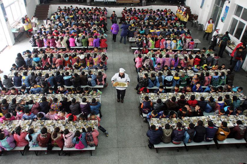 2011年12月20日,武汉新洲区,邾城四小可同时容纳1700人进餐的多功能餐厅一角。 何晓刚/CFP _留守儿童第一校名额堪比'专家号'