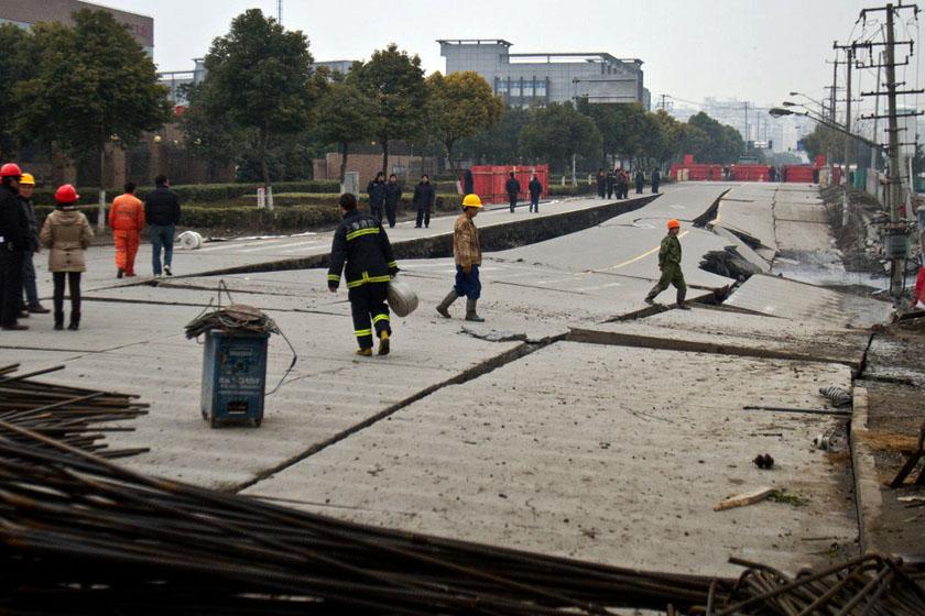 上海松江工业园区路面大面积塌
