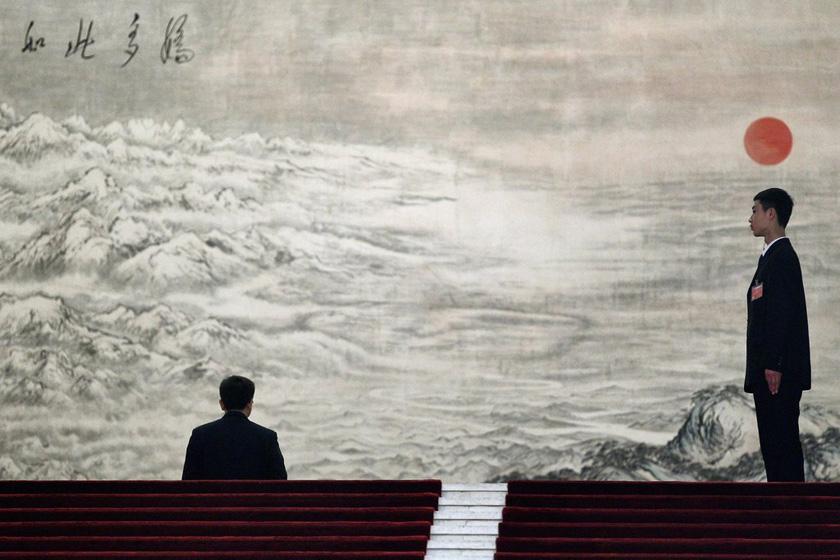3月5日,北京,十一届全国人大第五次会议召开,人民大会堂里的安保人员。  Feng Li/Getty Images/CFP_财新每周图片(2012.3.3-3.9)
