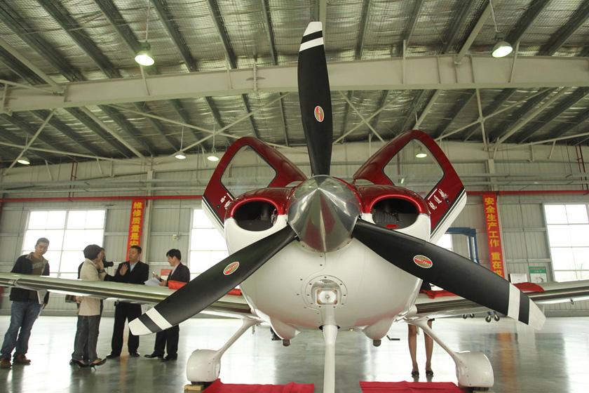 3月16日,中国首家私人飞机4S店在珠海正式开门营业。据悉,这家公司主要销售西锐S22和S20两款型号的飞机,售价大概在500万元以内和300万元以内,已售出14架私人飞机,客户主要来自珠三角城市和东北地区。