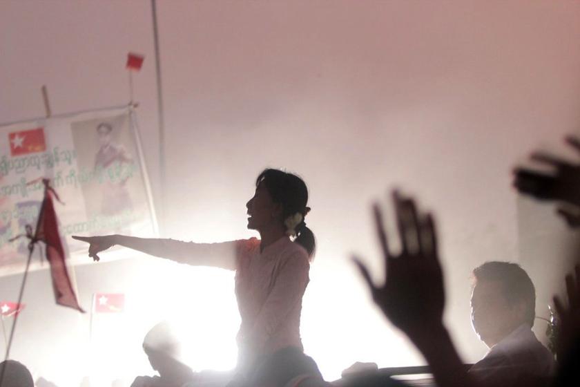 2012年3月21日,缅甸仰光,反对党领袖昂山素季在竞选宣传活动上对支持者演讲。 Ye Aung Thu/东方IC_财新每周图片(2012.3.17-3.23)