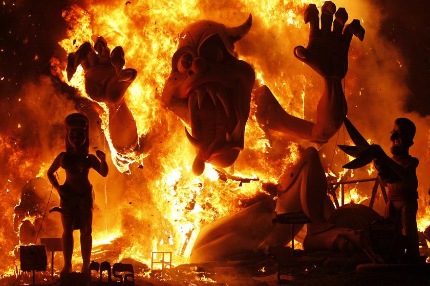 """2012年3月20日,西班牙巴伦西亚传统节日""""火祭节""""落幕,各式玩偶付之一炬。 REUTERS/Heino Kalis_财新每周图片(2012.3.17-3.23)"""