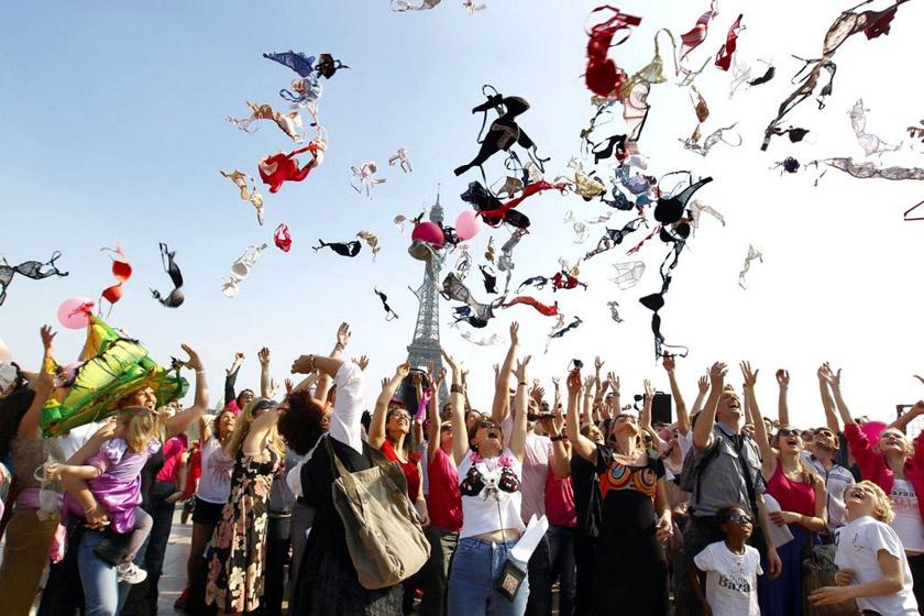 """2012年3月25日,法国巴黎,女人们在""""春日清洁""""活动中向空中抛洒胸衣,呼吁关注乳腺癌。 THOMAS SAMSON/东方IC_财新每周图片(2012.3.24-3.30)"""