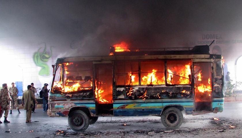 2012年3月27日,巴基斯坦卡拉奇,一辆被暴徒点燃的巴士在街上燃烧。该事件发生在两名巴基斯坦统一民族运动党成员被杀之后,枪手身份不明。 CFP_财新每周图片(2012.3.24-3.30)