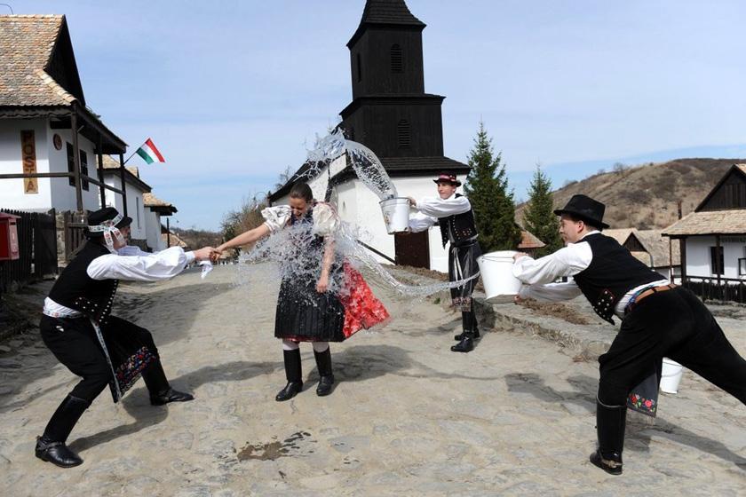 2012年3月28日,匈牙利霍洛克村,身着民族服装的当地男子向姑娘身上泼水,迎接复活节的到来。霍洛克村是唯一被列入世界文化遗产名录的匈牙利村庄,这里至今沿袭着复活节前向姑娘身上泼水的传统。 ATTILA KISBENEDEK/东方IC_财新每周图片(2012.3.24-3.30)