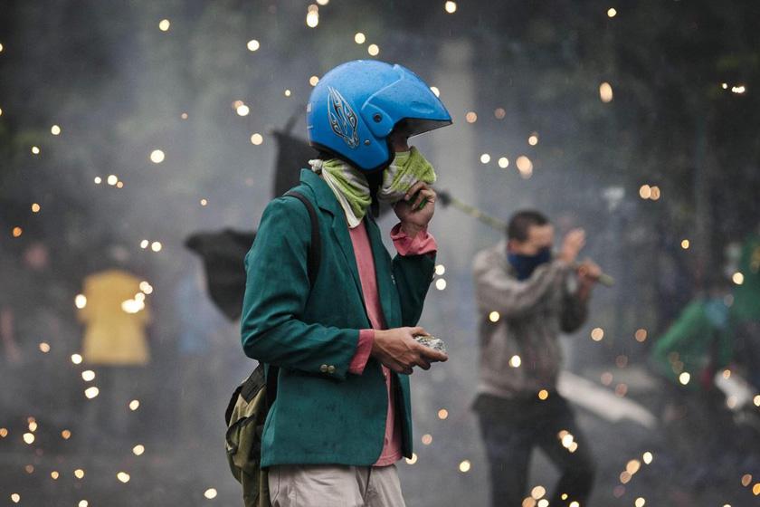 2012年3月27日,印度尼西亚雅加达,一名学生在与警方的冲突中手持石块。印尼学生当日举行示威活动,抗议政府提高油价。 Ulet Ifansasti/Getty Images/CFP_财新每周图片(2012.3.24-3.30)