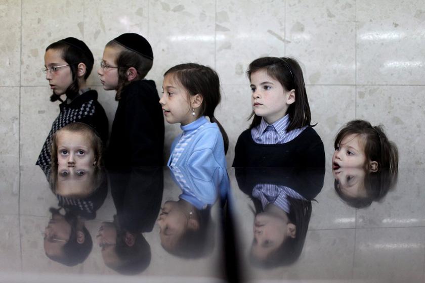 2012年3月28日,耶路撒冷,孩子们看大人在一家无酵饼店和面。在长达一周的犹太逾越节期间,人们以无酵饼代替面包来充饥。 CFP_财新每周图片(2012.3.24-3.30)