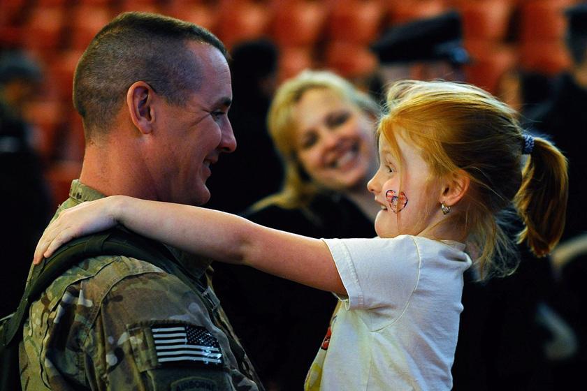2012年3月28日,美国马萨诸塞州梅尔罗斯,一名驻阿富汗的美军士兵在回国欢迎仪式上拥抱自己的女儿。 CFP_财新每周图片(2012.3.24-3.30)