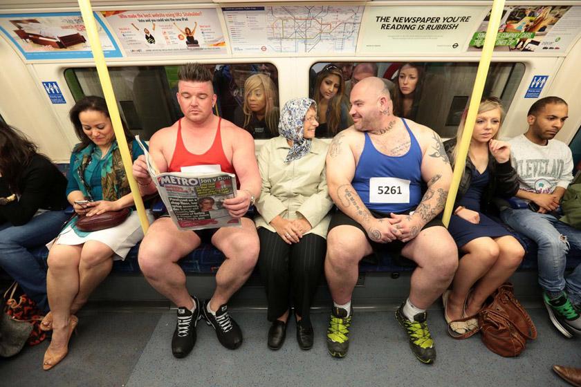2012年3月28日,伦敦,两名英国大力士乘坐地铁,借此呼吁民众意识到交通系统在伦敦奥运会期间会承受的压力,希望市民提前做好应对计划。 CFP_财新每周图片(2012.3.24-3.30)