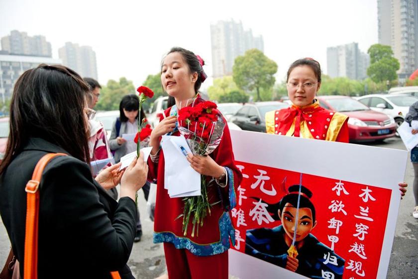 4月15日,杭州人才市场,女大学生扮成花木兰参加招聘会。 李震宇/东方IC _女大学生扮成花木兰呼吁招聘性别平等