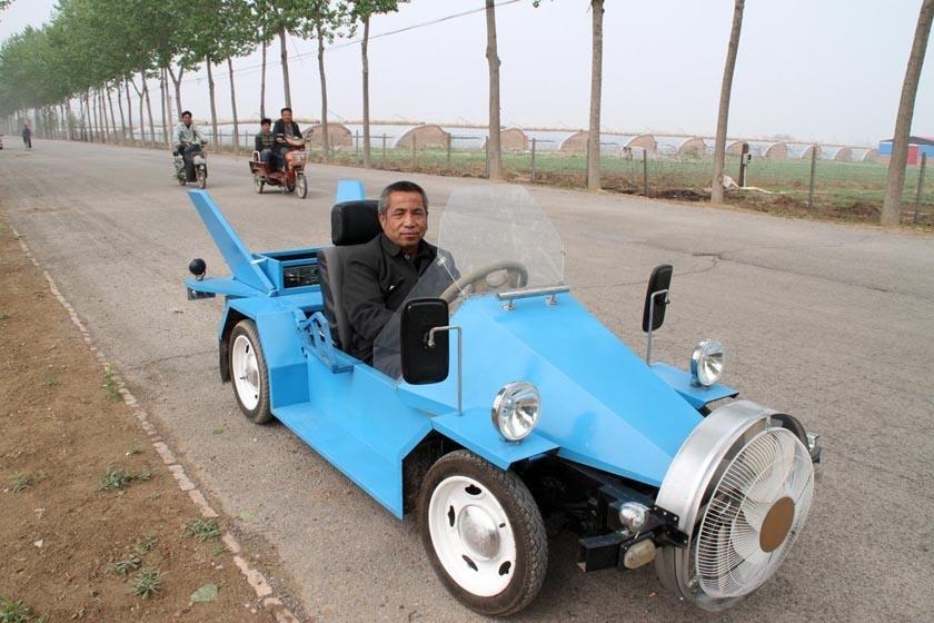 2012年4月22日,北京通州永乐店镇半截河村的马路上,一辆独特的蓝色敞篷小跑车以时速60公里的速度驶过。经了解,这是村民唐振平花费1万多元用90多天制作而成的。该车依靠风力发电行驶,车身仅有1米高,长约3米,最高时速达140公里。唐振平从小喜欢电器,有多项发明创造专利。目前,他的第二辆改进型风电车也正在制造中。