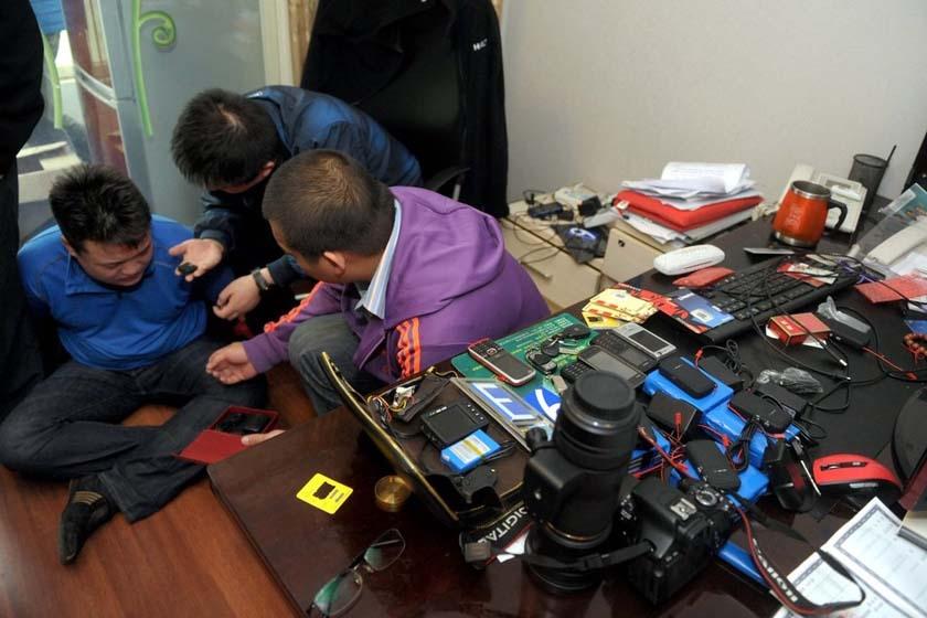 4月20日,北京,警方将犯罪嫌疑人控制,并进行搜查。 欧阳晓菲/CFP_国内首次大规模打击侵害公民个人信息犯罪