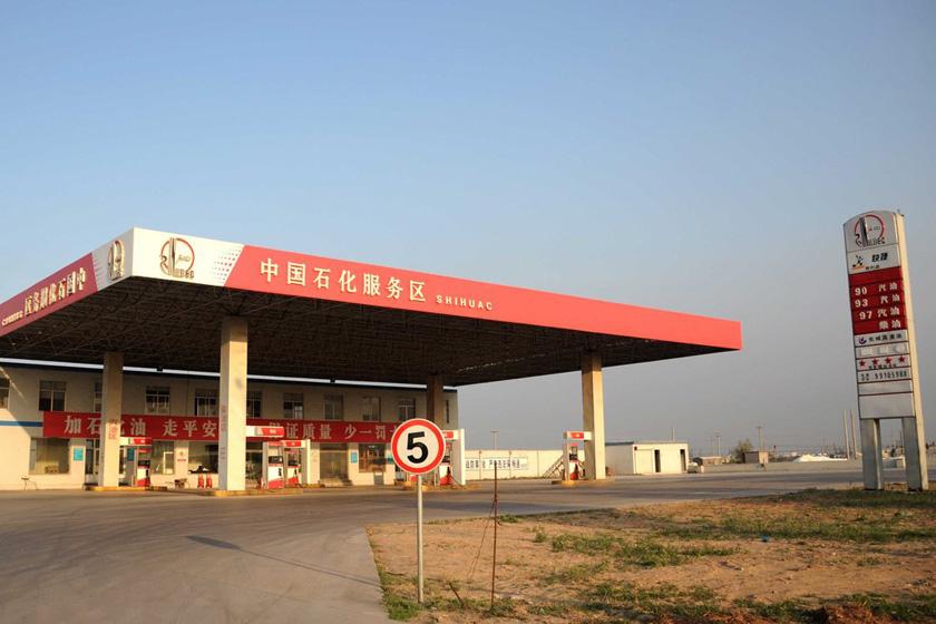 """5月5日,205国道滨州段的一家山寨""""中国石化""""加油站。 闻舞/CFP_山东滨州出现多家山寨中石化加油站"""