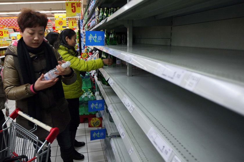 2012年2月8日,江苏省镇江市一家大型超市,人们将刚刚运抵的纯净水抢购一空。2月7日下午,镇江市政府应急办通告称,初步查明,苯酚污染水源水是当地自来水异味事件的主要原因。CFP_自来水真相