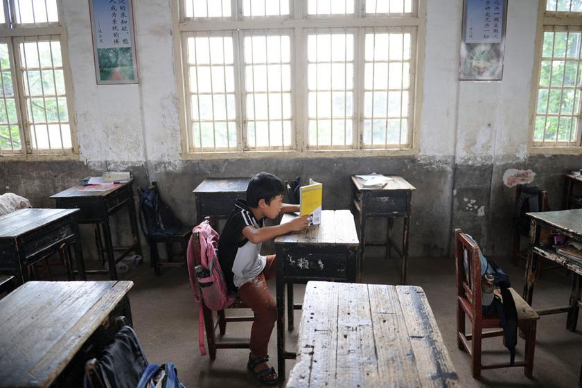 湖南株洲小学生躺在小学上午睡一都课桌温州市第鞋图片
