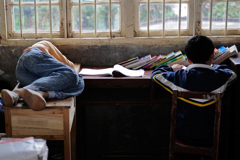湖南株洲小学生躺在小学上午睡课桌考东华难图片