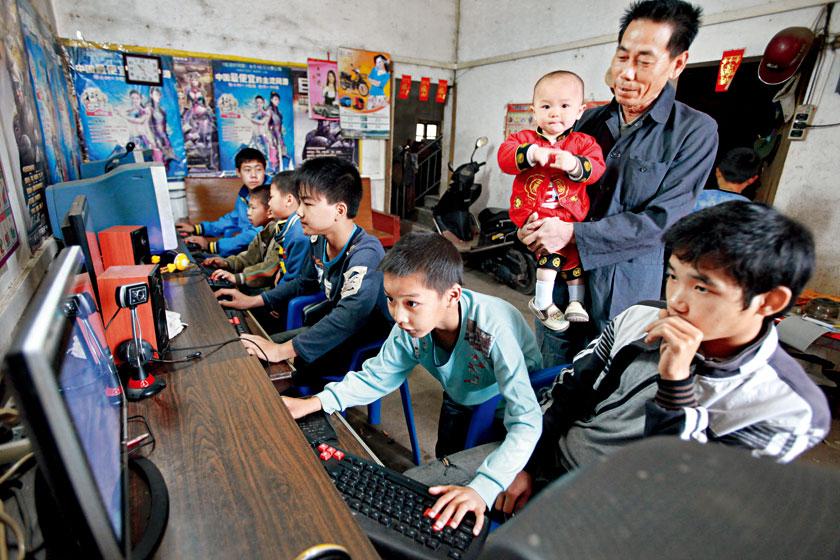 2012年4月7日,广西东兴市江平镇交东村农民吴中家,为了丰富村里孩子双休日文化生活,自筹资金办起了村级网吧,每月收入300元左右。_宽带中国歧路