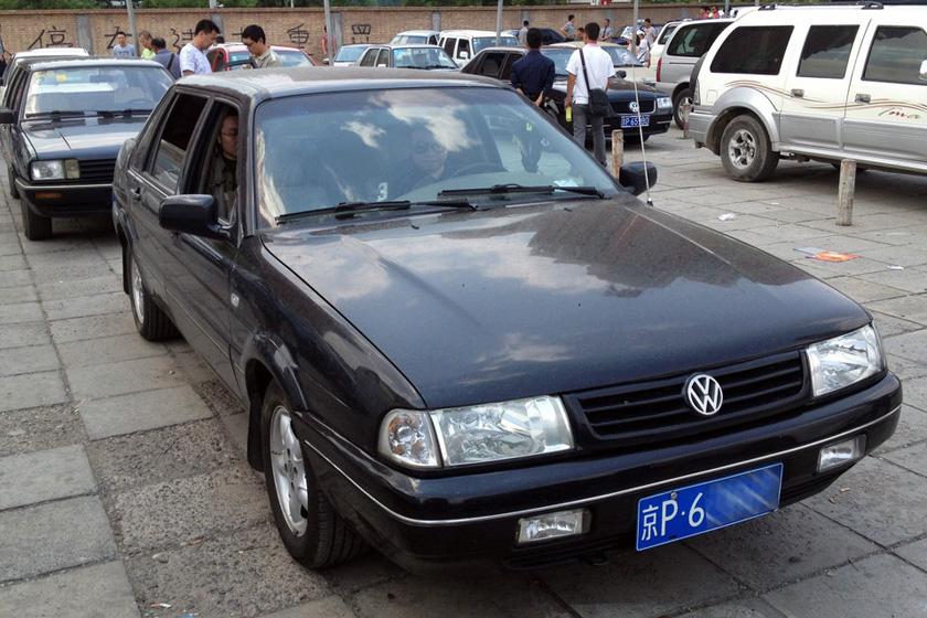 在北京的一些汽配市场,报废车就像剁鱼一样销售,你要鱼头,他要鱼尾,中段再卖给张三李四。各节鱼段经过汽修厂焊接、打磨、喷漆,拼装成一辆新的汽车。接下来,专做疑难车辆过户的人士可为拼装车办理过户手续。最终,不知情的购买者,驾驶着拼装车上路。今年五月,车主薛东18万元拍得一辆奥迪A5,虽然这辆奥迪车右前头受到撞击,但拍卖信息写明2011年的车,委托方承诺车能过户,然而,到了汽修厂,薛东才发现,这辆车是奥迪A5的车头,A4的车身,S5的车屁股。