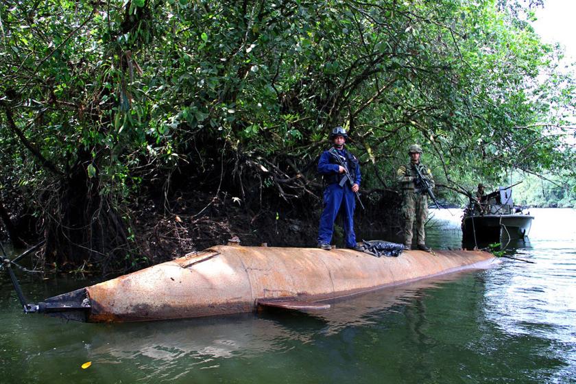 哥伦比亚海军缴获毒贩自制潜艇