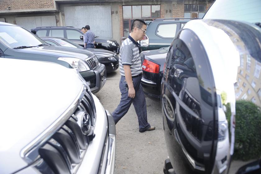 5月29日,涉及违规的20辆公车整齐地停放在榆林市政府宾馆办公区院内,其中七成是丰田越野车。 刘美/CFP_陕西榆林拍卖20辆超标公车
