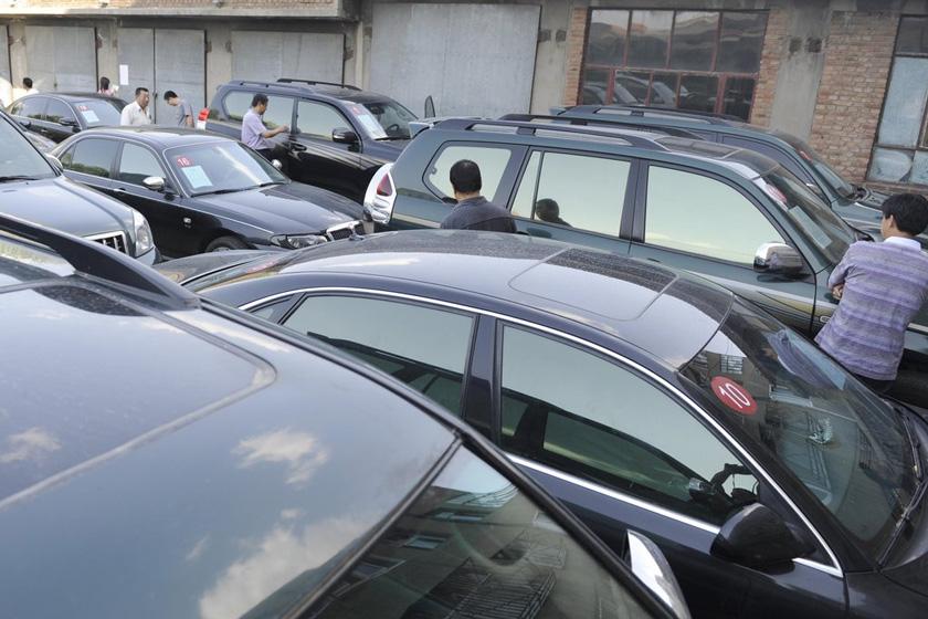 5月29日,涉及违规的20辆公车整齐地停放在榆林市政府宾馆办公区院内。 刘美/CFP_陕西榆林拍卖20辆超标公车