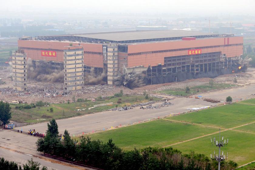 6月3日,沈阳绿岛室内足球场被爆破拆除.