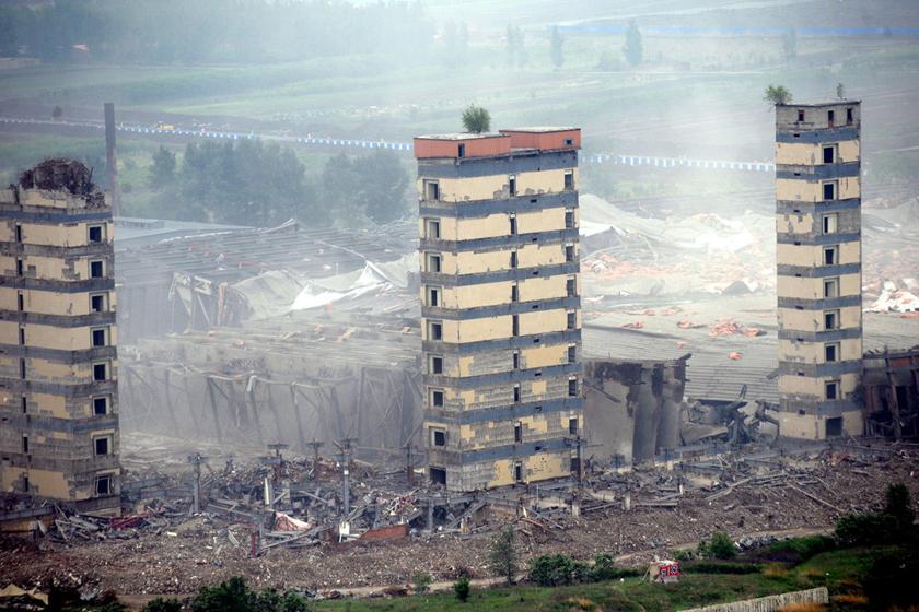 体育场爆破拆除 楼龄仅9年
