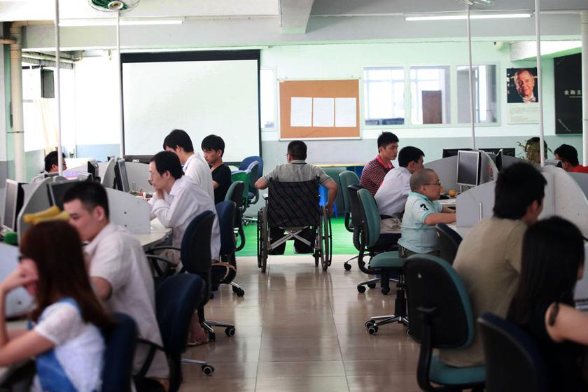 6月5日,广东东莞,上班时间,大家都在紧张地关注着金融走势。 刘媚/CFP_东莞港企招残疾员工操盘炒股