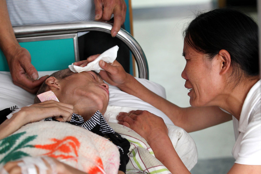 6月12日,杭州烧伤专科医院,家人为王冲冲擦泪。 浙江日报集团/CFP_16岁患癌少年含泪捐器官