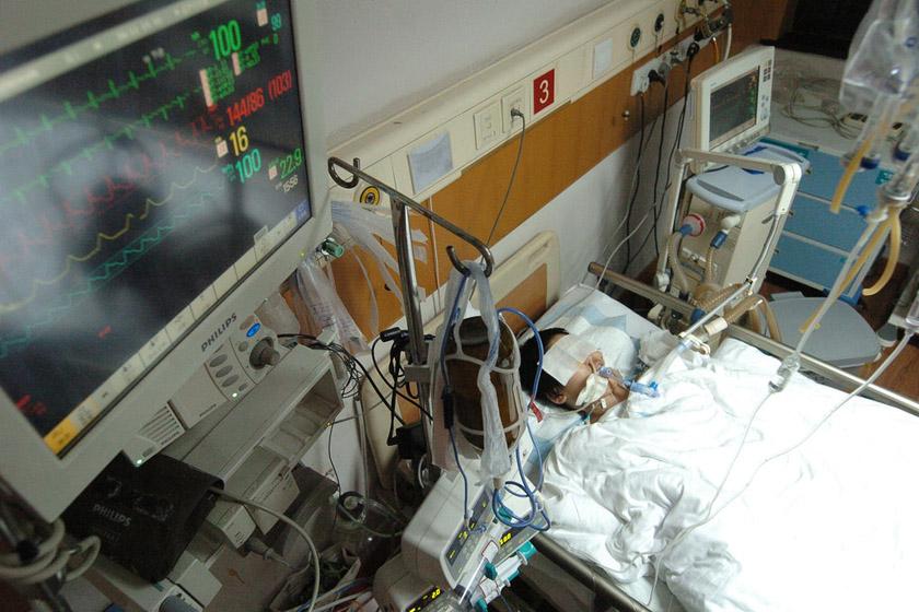 6月12日,杭州烧伤专科医院,病床上的王冲冲。 浙江日报集团/CFP_16岁患癌少年含泪捐器官