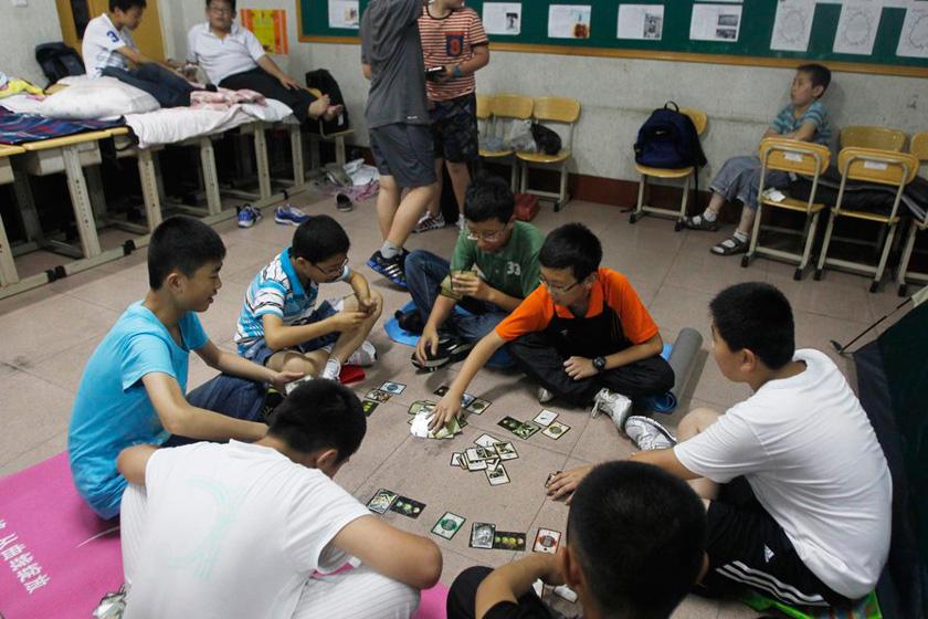 2012年6月27日晚上,青岛市实验小学为313名六年级毕业生举行了特别的毕业典礼,允许学生们在教室里搭帐篷,在学校过夜,这也是青岛小学第一次允许学生留宿学校。学生以及家长们对最后一夜都表示非常欢迎,学校方面希望通过这种方式让学生在离别校园之际体会到的爱的温暖。