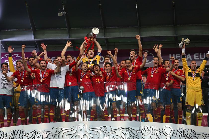 7月1日,西班牙队员庆祝胜利。   Getty Images/CFP_欧洲杯西班牙4-0意大利成功卫冕